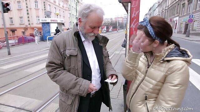Le film x site gratuit chouchou blanc boit avec les negritos.