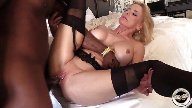 La fureur aux porno x animal cheveux noirs reçoit une éjaculation après le sexe.
