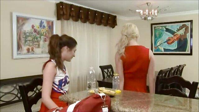 Beauté en talons rouges et avec un gode dans la télécharger film porno gratuit chatte s'amuse devant la caméra