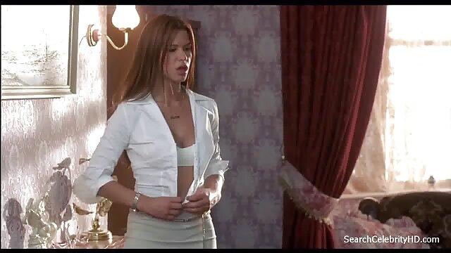 La brune joue avec ses doigts dans film porno francais viol sa chatte.