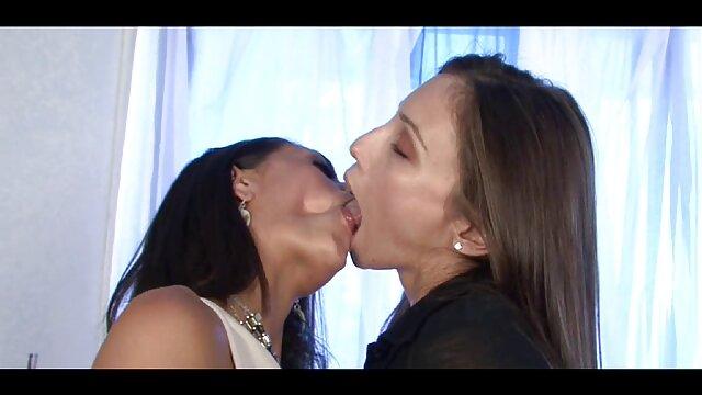 Une jeune femme vient rendre film porno pour lesbienne visite à un célibataire pour avoir des relations sexuelles.