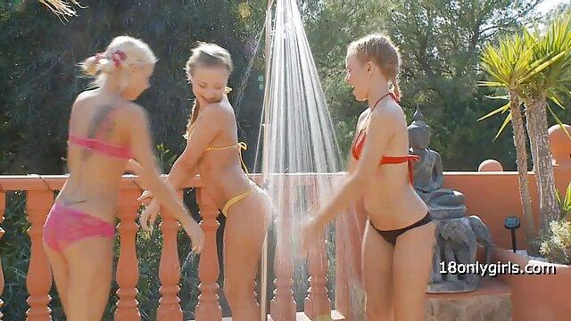 Une foule de filles private x movies en costumes de jeune fille des neiges organise une orgie ivre dans l'appartement