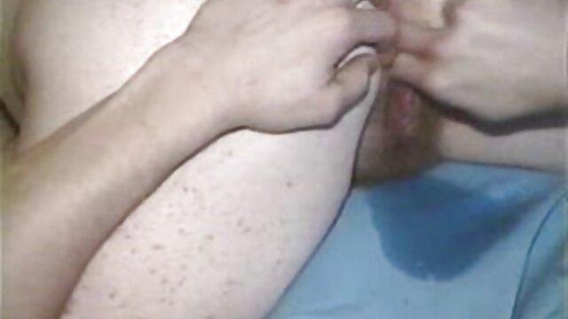Le barman élève une salope claire castel film x pour le sexe et tire correctement la fille