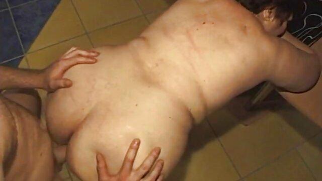 Little Britney montre comment film porno marc dorcel faire une pipe sur une bite en caoutchouc