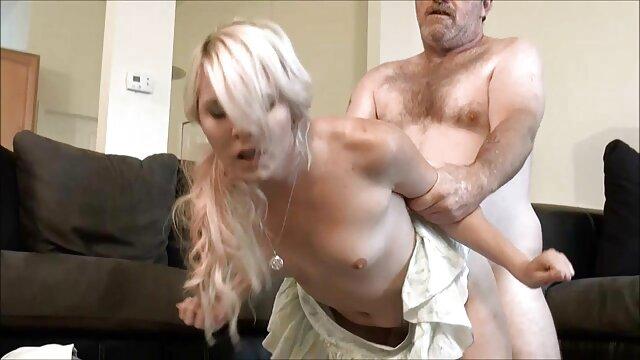Une mignonne sans film porno femme 50 ans culotte baise dans la cuisine.