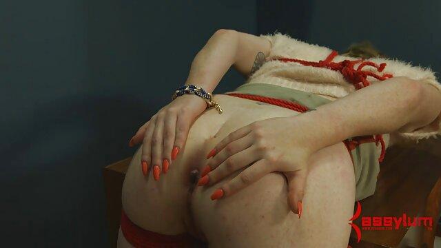 Une femme film porno xxl noire se fait éjaculer sur les seins.
