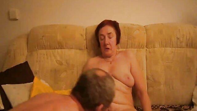 Le mec élève une xx porno cheval jeune femme élancée pour le sexe.