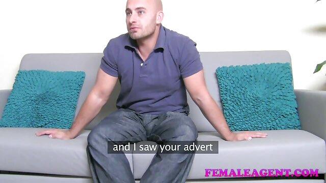 Pauvre cocu regardant le film porno clara morgane sexe de sa femme et de sa laveuse de voiture.