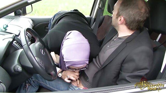 Un mec lèche une chatte et baise passionnément une brune chaude dans du porno fait film porno vidéo maison