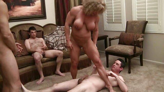 Des étudiants baisent à leeloo actrice porno tour de rôle des filles lors d'une soirée sexe