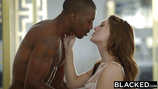 Caméra cachée filmant l'habillage d'une fille aux film porno gratuit 2018 gros seins naturels