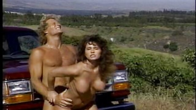 La femme film porno vidéo noire secoue ses seins.